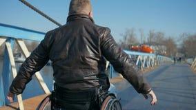 Αρσενικός άκυρος στην καρέκλα ροδών, τους ανθρώπους και την αναπηρία, παρεμποδισμένος γύρος απόθεμα βίντεο