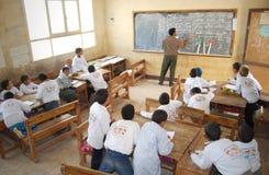 Αρσενικός δάσκαλος στην τάξη που εξηγεί στον πίνακα Στοκ φωτογραφία με δικαίωμα ελεύθερης χρήσης