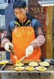 Αρσενικός έμπορος των στρειδιών στην ανοικτή αγορά Σεούλ οδών Myeongdong Στοκ φωτογραφία με δικαίωμα ελεύθερης χρήσης