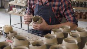 Αρσενικός αγγειοπλάστης Μεσαίωνα που κατασκευάζει το κεραμικό βάζο στην αγγειοπλαστική απόθεμα βίντεο