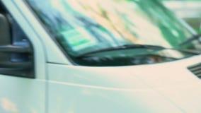 Αρσενικός αγγελιαφόρος που φθάνει στο μετα φορτηγό και που δίνει τη συσκευασία, αυθημερόν σαφής παράδοση απόθεμα βίντεο