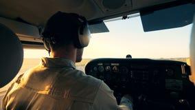 Αρσενικός αεροπόρος που οδηγά ένα αεροπλάνο, πίσω άποψη απόθεμα βίντεο