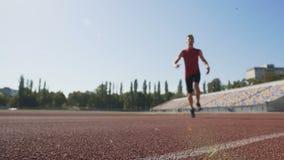 Αρσενικός αθλητής που τρέχει γρήγορα, κερδίζοντας την ταχύτητα πριν από το τέρμα, εκπαιδευτικός την αντοχή απόθεμα βίντεο
