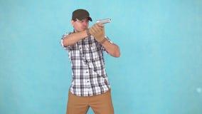 Αρσενικός αθλητής των σκοπευτών με το πυροβόλο όπλο και τα γυαλιά, να στοχεύσει φιλμ μικρού μήκους