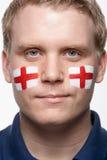 Αρσενικός αθλητικός ανεμιστήρας με τη σημαία του ST George που χρωματίζεται Στοκ Φωτογραφία