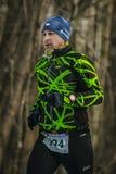Αρσενικός αθλητής κινηματογραφήσεων σε πρώτο πλάνο που τρέχει στο χειμερινό πάρκο στο κρύο καιρό Στοκ Φωτογραφία