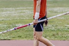 Αρσενικός αθλητής που κρατά έναν πόλο Στοκ Εικόνες
