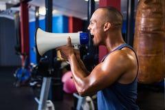 Αρσενικός αθλητής που φωνάζει μέσω megaphone Στοκ εικόνα με δικαίωμα ελεύθερης χρήσης