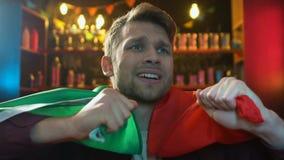 Αρσενικός ανεμιστήρας με την πορτογαλική σημαία που απογοητεύεται για το αγαπημένο χάνοντας παιχνίδι ομάδων απόθεμα βίντεο