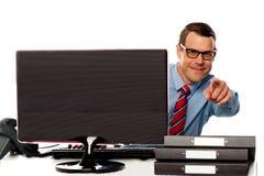Αρσενικός ανώτερος υπάλληλος στα γυαλιά που δείχνει στη φωτογραφική μηχανή Στοκ Φωτογραφία
