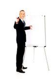 Αρσενικός ανώτερος υπάλληλος με το δείκτη που δείχνει σε κάποιο Στοκ φωτογραφία με δικαίωμα ελεύθερης χρήσης