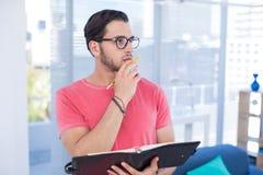 Αρσενικός ανώτερος υπάλληλος με το διοργανωτή στο γραφείο Στοκ φωτογραφία με δικαίωμα ελεύθερης χρήσης
