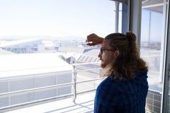 Αρσενικός ανώτερος υπάλληλος που κοιτάζει μέσω του παραθύρου στην αρχή Στοκ φωτογραφίες με δικαίωμα ελεύθερης χρήσης