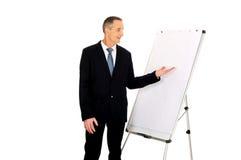 Αρσενικός ανώτερος υπάλληλος που παρουσιάζει στο διάγραμμα κτυπήματος Στοκ φωτογραφία με δικαίωμα ελεύθερης χρήσης