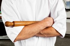 Αρσενικός αρχιμάγειρας με την κυλώντας καρφίτσα Στοκ Εικόνα