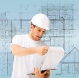 Αρσενικός αρχιτέκτονας που εξετάζει το σχεδιάγραμμα στοκ φωτογραφία με δικαίωμα ελεύθερης χρήσης