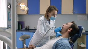 Αρσενικός ασθενής που λαμβάνει τη θεραπεία αποσύνθεσης δοντιών απόθεμα βίντεο