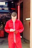 Αρσενικός αυτόματος μηχανικός που στέκεται κάνοντας τις σημειώσεις Στοκ εικόνες με δικαίωμα ελεύθερης χρήσης