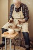 Αρσενικός βιοτέχνης που εργάζεται στη ρόδα αγγειοπλαστών Στοκ φωτογραφίες με δικαίωμα ελεύθερης χρήσης