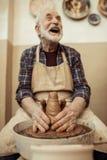 Αρσενικός βιοτέχνης που εργάζεται στη ρόδα αγγειοπλαστών Στοκ εικόνες με δικαίωμα ελεύθερης χρήσης