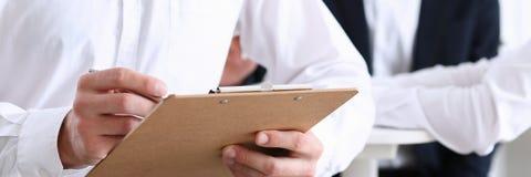 Αρσενικός βραχίονας στην ασημένια μάνδρα και το μαξιλάρι λαβής πουκάμισων Στοκ φωτογραφία με δικαίωμα ελεύθερης χρήσης