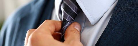Αρσενικός βραχίονας στην μπλε κινηματογράφηση σε πρώτο πλάνο δεσμών κοστουμιών καθορισμένη στοκ φωτογραφίες