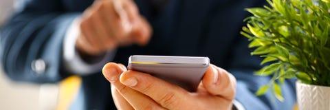 Αρσενικός βραχίονας στο τηλέφωνο λαβής κοστουμιών Στοκ φωτογραφίες με δικαίωμα ελεύθερης χρήσης