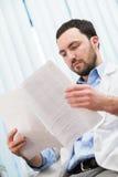 Αρσενικός γιατρός ιατρικής που ελέγχει κάτι στα έγγραφά του Ιατρική φροντίδα, ασφάλεια, συνταγή, γραφική εργασία ή σταδιοδρομία στοκ φωτογραφία με δικαίωμα ελεύθερης χρήσης