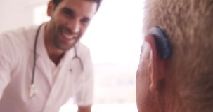 Αρσενικός γιατρός και ανώτερο άτομο που αλληλεπιδρούν το ένα με το άλλο απόθεμα βίντεο