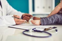 Αρσενικός γιατρός με λίγο παιδί στοκ φωτογραφίες