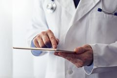 Αρσενικός γιατρός με την ψηφιακή ταμπλέτα στοκ φωτογραφία με δικαίωμα ελεύθερης χρήσης