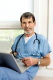 Αρσενικός γιατρός με το πορτρέτο lap-top Στοκ εικόνα με δικαίωμα ελεύθερης χρήσης