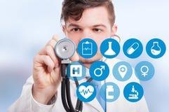 Αρσενικός γιατρός με το στηθοσκόπιο και την εικονική οθόνη Στοκ Φωτογραφίες
