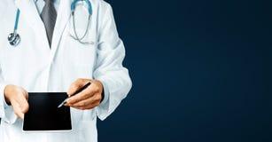 Αρσενικός γιατρός με το στηθοσκόπιο που δείχνει το κείμενο συνταγών σας στην ψηφιακή οθόνη ταμπλετών Στοκ φωτογραφίες με δικαίωμα ελεύθερης χρήσης