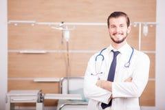 Αρσενικός γιατρός με το στηθοσκόπιο arround ο λαιμός του στο νοσοκομείο recove Στοκ εικόνες με δικαίωμα ελεύθερης χρήσης