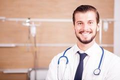Αρσενικός γιατρός με το στηθοσκόπιο arround ο λαιμός του στο νοσοκομείο recove Στοκ Εικόνα