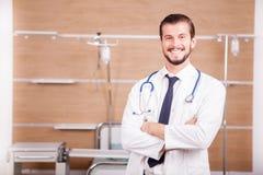 Αρσενικός γιατρός με το στηθοσκόπιο arround ο λαιμός του στο νοσοκομείο recove Στοκ εικόνα με δικαίωμα ελεύθερης χρήσης