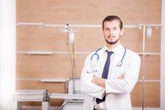Αρσενικός γιατρός με το στηθοσκόπιο arround ο λαιμός του στο νοσοκομείο recove Στοκ Εικόνες