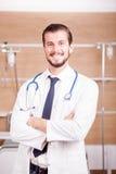 Αρσενικός γιατρός με το στηθοσκόπιο arround ο λαιμός του στο νοσοκομείο recove Στοκ φωτογραφίες με δικαίωμα ελεύθερης χρήσης
