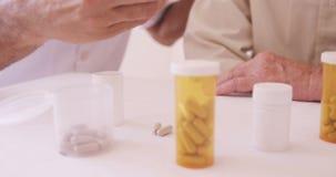 Αρσενικός γιατρός που δίνει τη συνταγή στο ανώτερο άτομο φιλμ μικρού μήκους