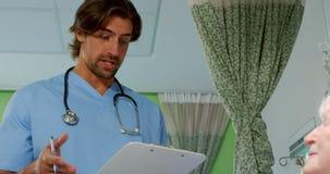 Αρσενικός γιατρός που αλληλεπιδρά με ανώτερο υπομονετικό 4k απόθεμα βίντεο