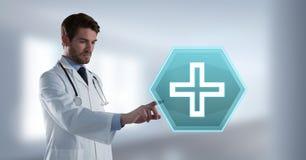 Αρσενικός γιατρός που αλληλεπιδρά με την ιατρική διαγώνια hexagon διεπαφή εικονιδίων Στοκ Εικόνες
