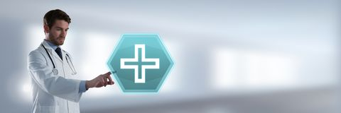 Αρσενικός γιατρός που αλληλεπιδρά με την ιατρική διαγώνια hexagon διεπαφή εικονιδίων Στοκ φωτογραφίες με δικαίωμα ελεύθερης χρήσης