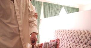 Αρσενικός γιατρός που βοηθά το ανώτερο άτομο φιλμ μικρού μήκους