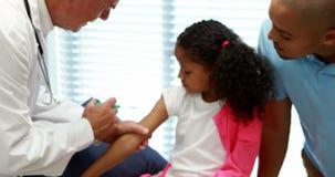 Αρσενικός γιατρός που δίνει μια έγχυση στον ασθενή φιλμ μικρού μήκους
