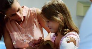 Αρσενικός γιατρός που δίνει την έγχυση στο κορίτσι υπομονετικό 4k απόθεμα βίντεο