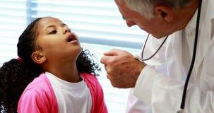 Αρσενικός γιατρός που εξετάζει το υπομονετικό στόμα φιλμ μικρού μήκους