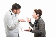 Αρσενικός γιατρός που εξηγεί κάτι στο θηλυκό ανώτερο ασθενή Στοκ φωτογραφία με δικαίωμα ελεύθερης χρήσης