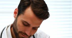 Αρσενικός γιατρός που εργάζεται στο νοσοκομείο απόθεμα βίντεο