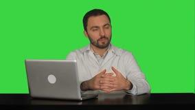 Αρσενικός γιατρός που μιλά με τον ασθενή σε μια πράσινη οθόνη απόθεμα βίντεο